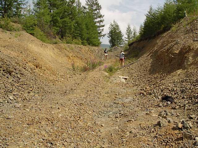 Опробование разведочной траншеи на месторождении Рудная горка (Бурятия), август 2005 г.