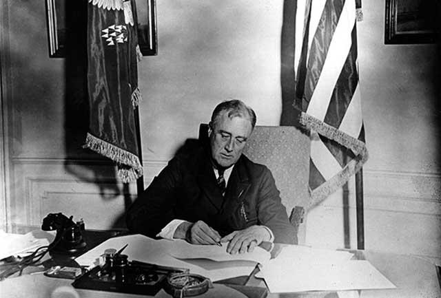 Президент Франклин Делано Рузвельт подписывает закон о чрезвычайной помощи банкам (Emergency Banking Act, 9 марта 1933 года)